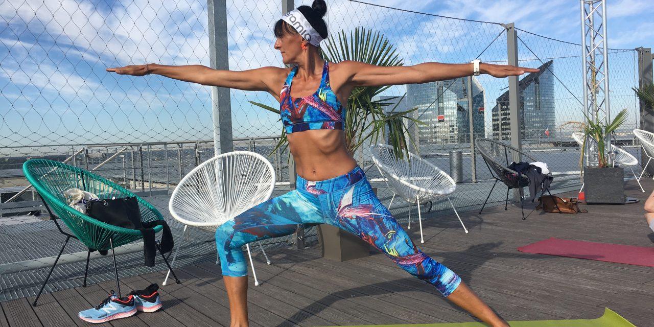 Atteindre des sommets avec le vinyasa yoga sur l'Arche de la Défense