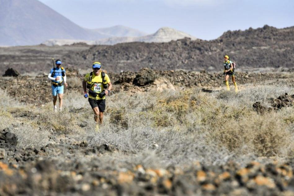 Half marathon des sables : la bee rattrape deux traileurs sur le sentier qui serpente les collines