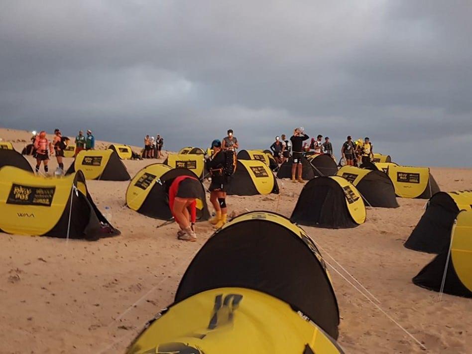 Bivouac du Half Marathon des Sables, au petit matin. Des dizaines d'ultra trailers se préparent à côté de leurs tentes jaune et noire, avant le départ de la dernière étape du HMDS 2018