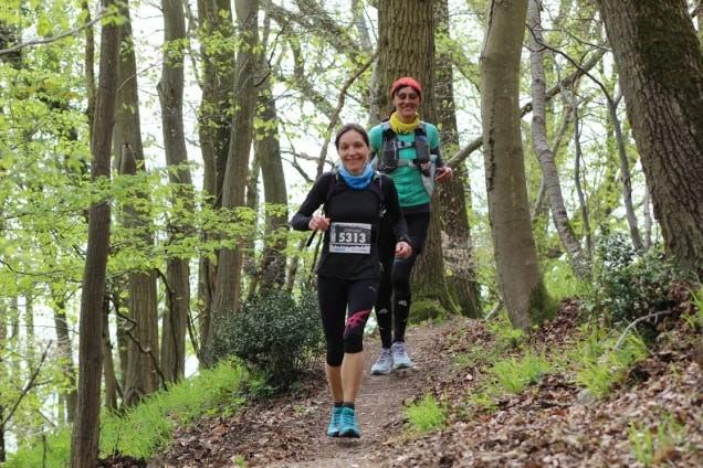 La Bee courre au milieu du bois avec une amie sur le Trail des deux amants.