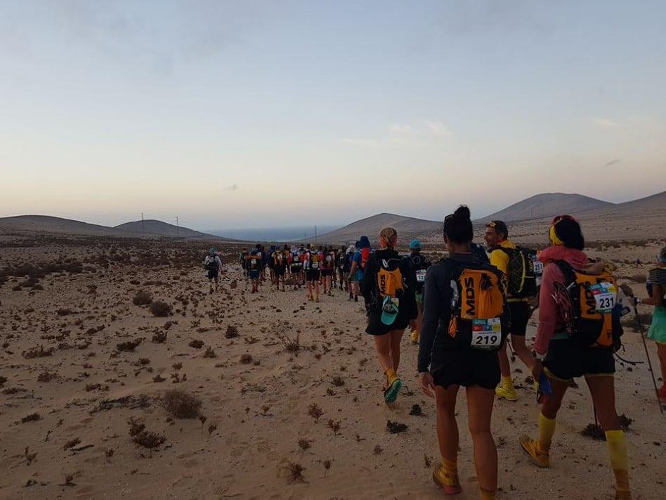 Les ultra trailers entament une marche de plus de deux kilomètres pour rejoindre les cars leur permettant de rallier le départ de la dernière étape du Half Marathon des Sables.
