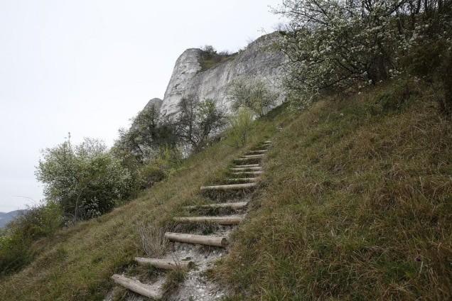 Escalier fait de rondins de bois sur un sentier du Trail des deux amants.