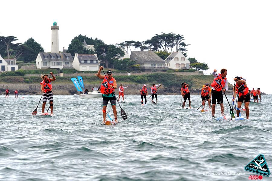 Course de stand up paddle dans le golfe du Morbihan