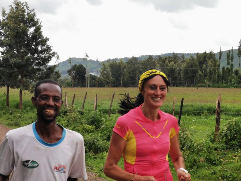La Bee court avec son coach sur un sentier kenyan