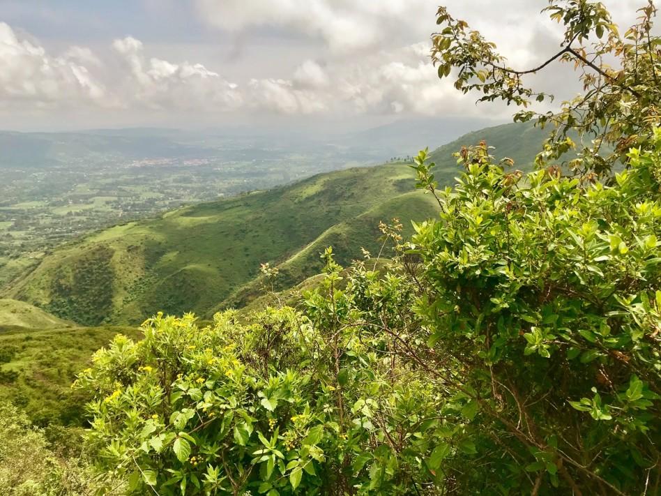 On aperçoit la Vallée du Rift depuis une colline verdoyante