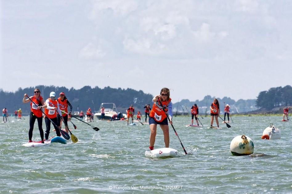 La compétition fait rage sur les flots pour cette course de stand up paddle en mer