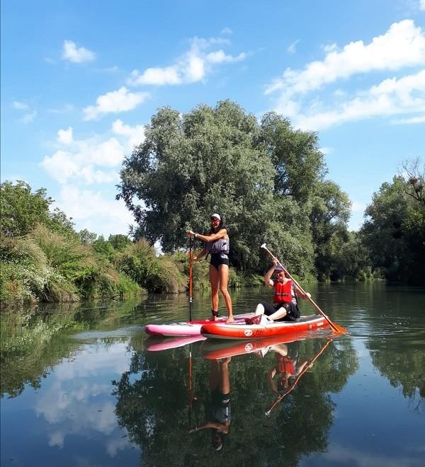 Promenade de deux femmes dont la Bee en stand up paddle sur un bras de la Seine