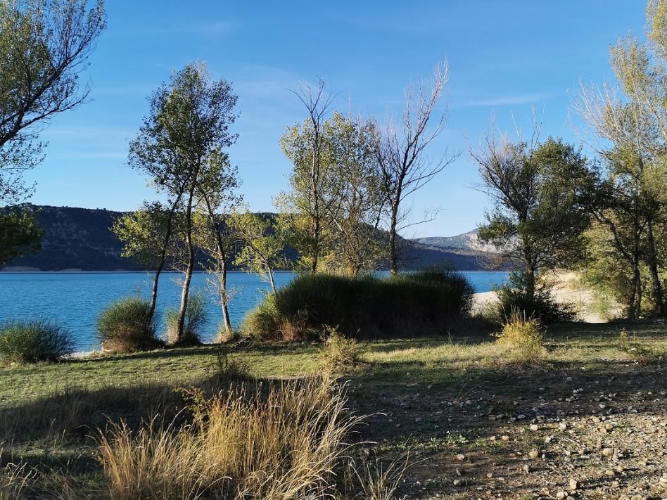 On voit les berges du lac Sainte Croix dans le Verdon