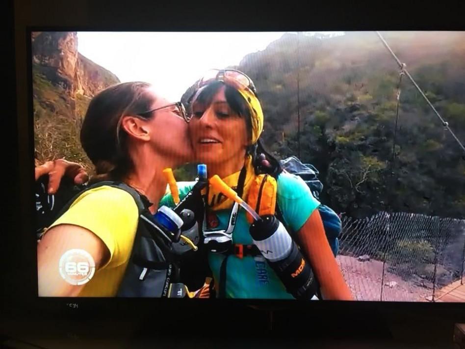 Lors de l'Ultra Run Raramuri, Emilie m'embrasse après le passage d'un pont de singe difficile.