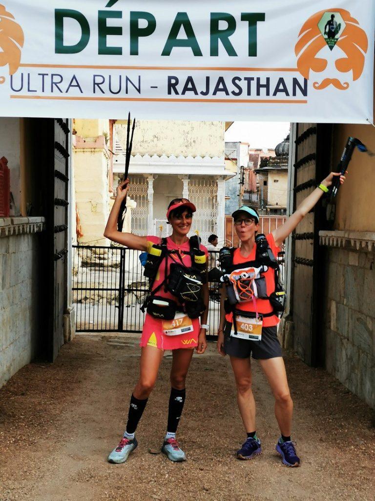 L'euphorie du départ : nous brandissons avec Emilie nos bâtons sous la banderole du départ de l'Ultra Run Rajasthan