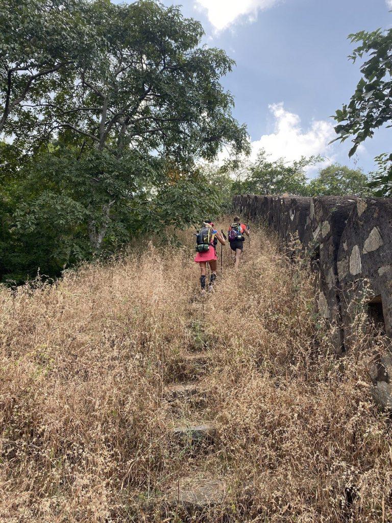 Christelle et Emilie font l'ascension des murailles de la forteresse de Kumbhalghar