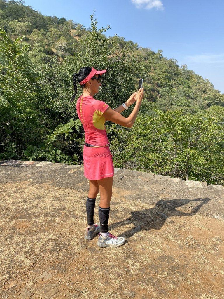 La Bee en tenue WAA prend en photographe la forteresse sur la parcours de l'Ultra Run Rajasthan