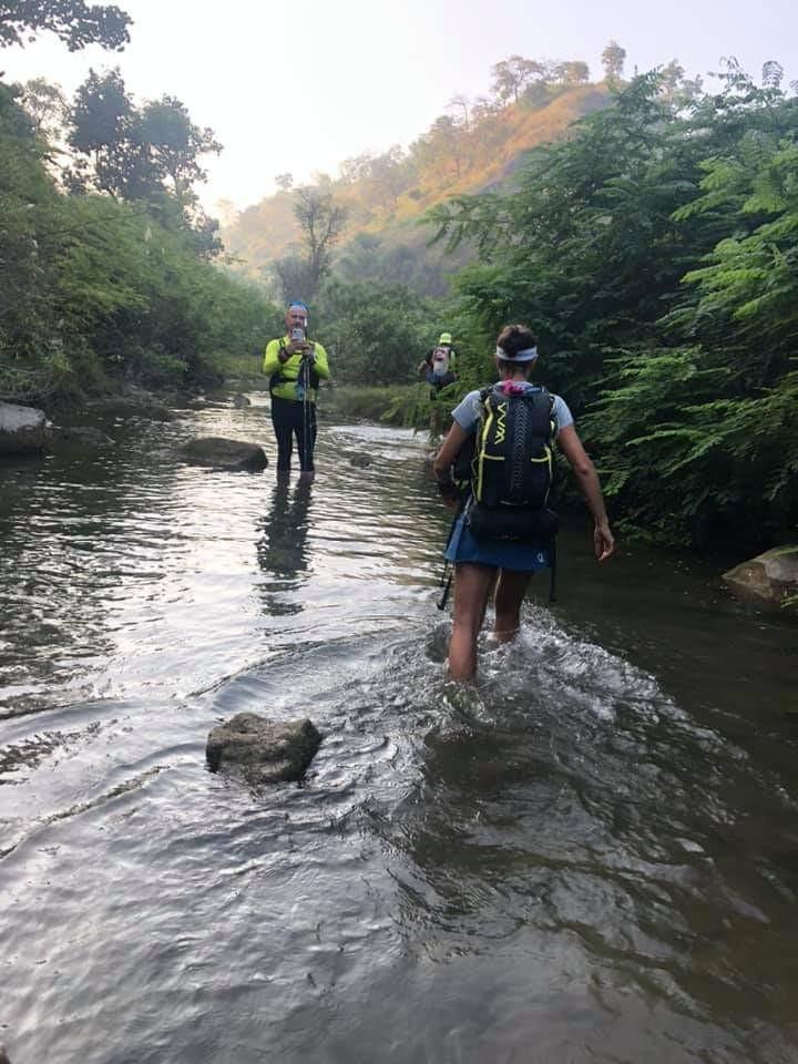 Des coureurs descendent de jour la rivière mentionnée dans le récit.