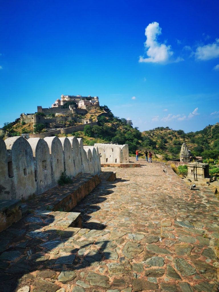 Les remparts de la forteresse de Kumbhalghar en Inde