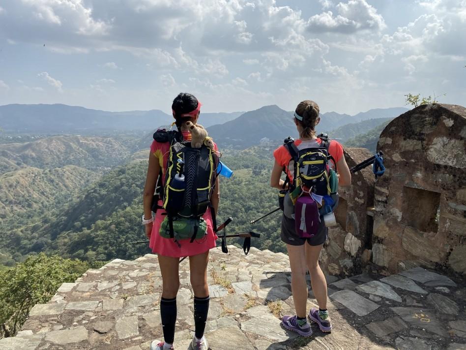 Christelle et Emilie contemplent le paysage depuis les murailles de Kumbhalghar