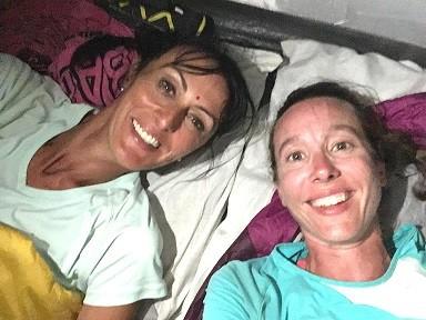 Christelle et EMilie sont couchées sous la tente, elles ont le sourire