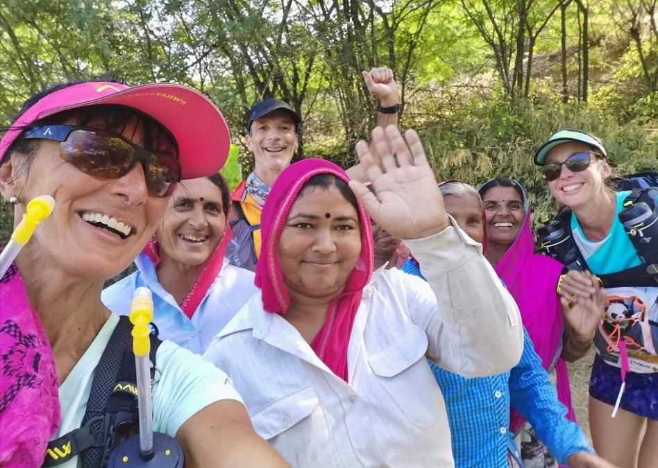 La Bee fait un selfie avec une bande de femmes indiennes rencontrées en route.