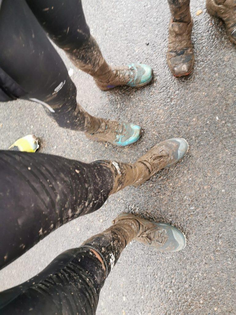 Photos des chaussettes Verjari et de mes pieds après le passage dans la boue.