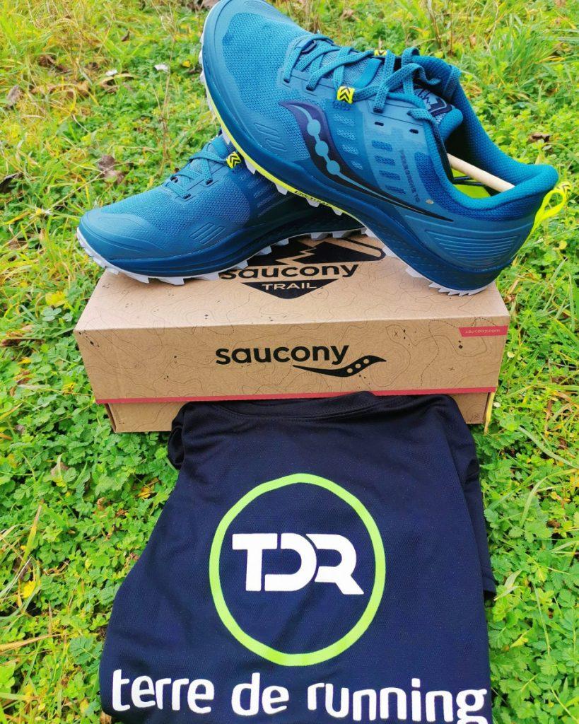 Paire de Saucony PEREGRINE 10 avec sous la boîte le tee-shirt Terre de Running