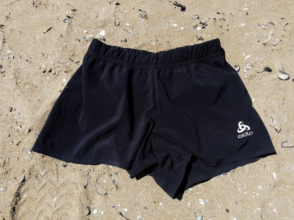 Short ODLO noir posé sur la plage